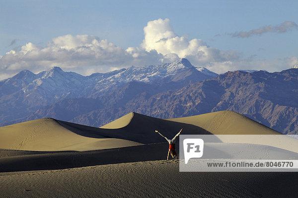 Vereinigte Staaten von Amerika  USA  Frau  Berg  Hintergrund  Sand  Radschlag  jung  flach  Düne  Death Valley Nationalpark  Kalifornien