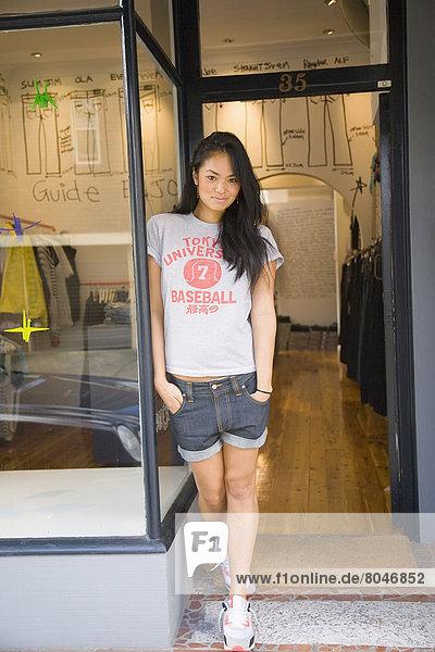 stehend  Frau  Tür  jung  Laden  Paddington  Australien  Sydney