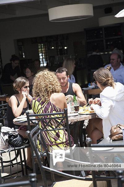 Südliches Afrika  Südafrika  Mensch  Menschen  am Tisch essen  Hotel  Restaurant  Mossel Bay