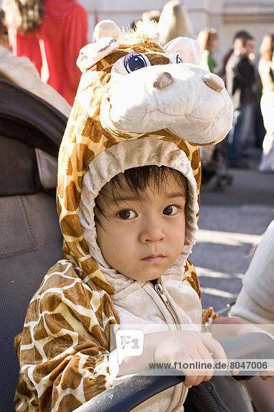 Vereinigte Staaten von Amerika  USA  Giraffe  Giraffa camelopardalis  New York City  Junge - Person  Kostüm - Faschingskostüm  Baby  Halloween  New York State