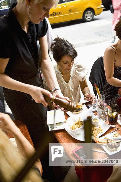 Vereinigte Staaten von Amerika  USA  New York City  geben  Restaurant  Kunde  Kino  New York State  Kellnerin