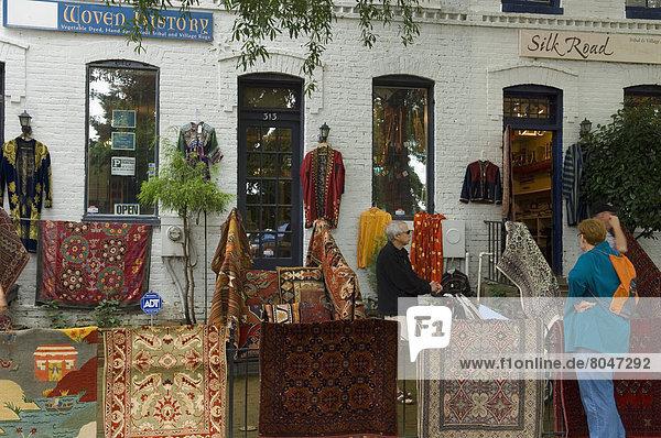 Vereinigte Staaten von Amerika  USA  Washington DC  Hauptstadt  Außenaufnahme  Stoff  Kunde  Laden  Teppichboden  Teppich  Teppiche