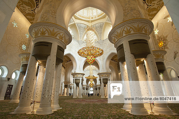 Abu Dhabi  Hauptstadt  Vereinigte Arabische Emirate  VAE  Halle  Ehrfurcht  innerhalb  Moschee  Gebet