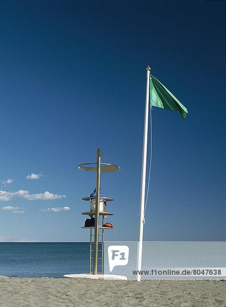 sitzend Strand Rettungsschwimmer Andalusien Malaga Spanien