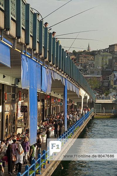 sehen über Brücke Restaurant Fischer vorwärts Istanbul Linie Türkei