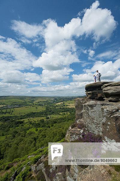 Felsbrocken  sitzend  Ecke  Ecken  Bewunderung  Großbritannien  Ansicht  jung  Mädchen  Mutter - Mensch  Derbyshire  Ortsteil
