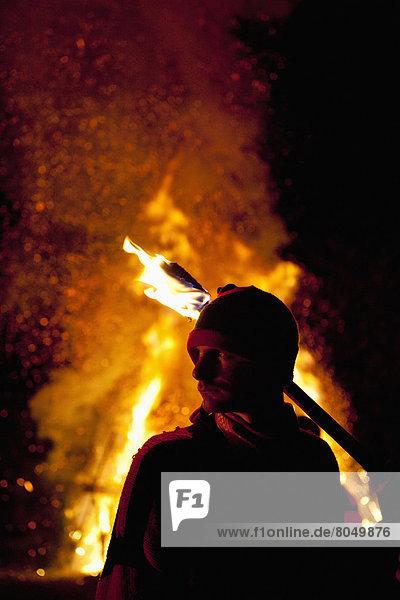 stehend  verbrennen  Mann  Großbritannien  frontal  groß  großes  großer  große  großen  Freudenfeuer  East Sussex  England