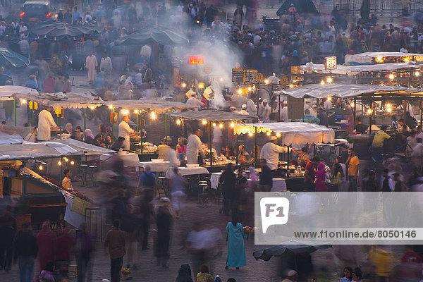 Messestand  Mensch  Menschen  Lebensmittel  Abenddämmerung  Marrakesch  Marokko