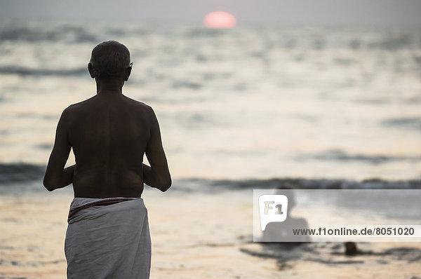 Sonnenuntergang  Ozean  Gebet  Hinduismus  Pilgerer  Indien  Karnataka