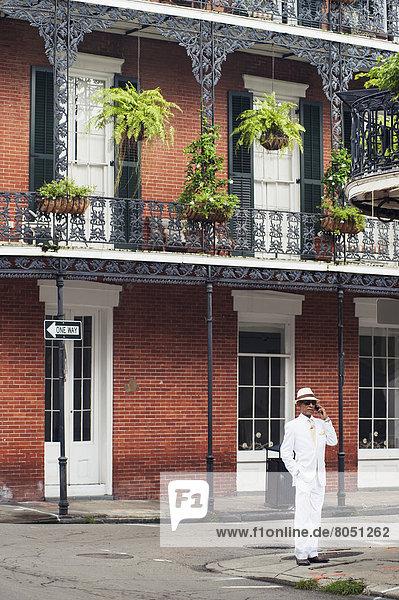 Vereinigte Staaten von Amerika USA stehend Mann Tradition Wohnhaus weiß frontal Louisiana New Orleans