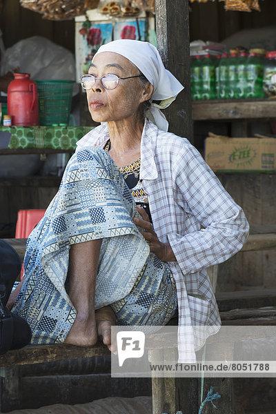 Portrait  Frau  Transport  warten  Senior  Senioren  öffentlicher Ort  Myanmar