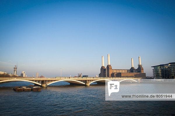 Blick auf Battersea Kraftwerk von Chelsea Bridge  London  England  UK