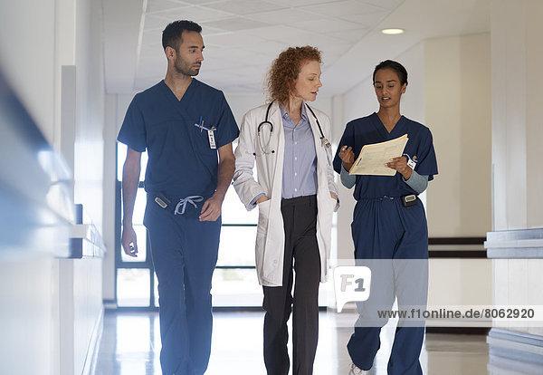 Krankenhauspersonal im Flur im Gespräch