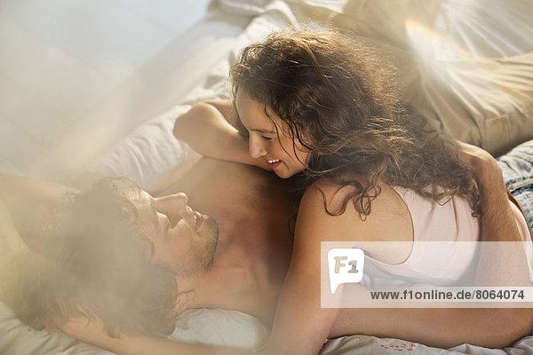 Paar entspannt zusammen im Bett