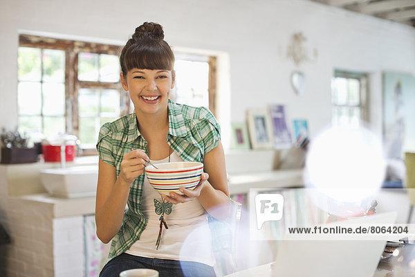 Frau beim Essen in der Küche