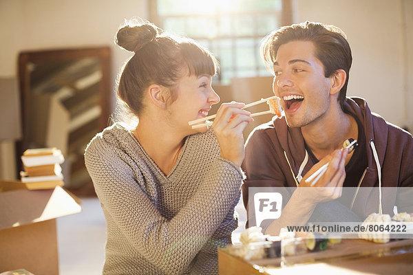 Zusammen Sushi essen im neuen Zuhause