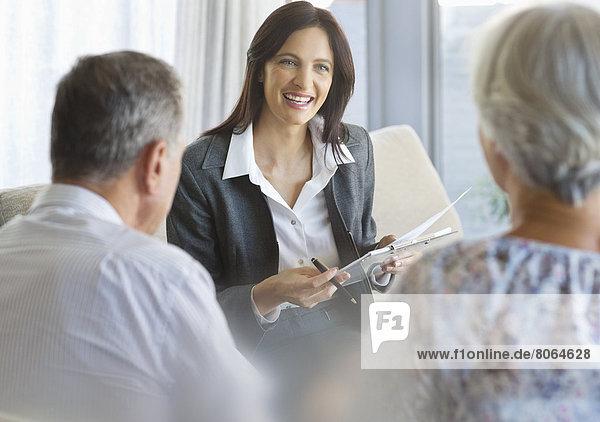 Finanzberater im Gespräch mit Kunden im Büro