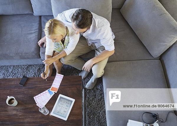 Paar mit Tablet-Computer auf dem Sofa