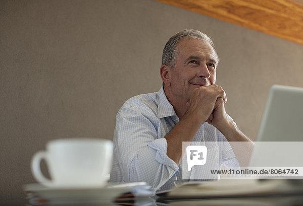 Geschäftsmann am Schreibtisch sitzend