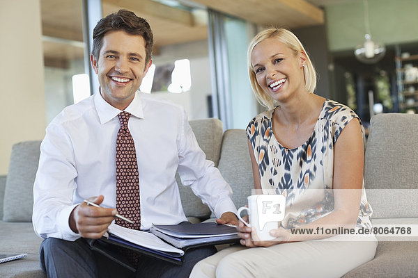 Geschäftsleute im Gespräch auf dem Sofa
