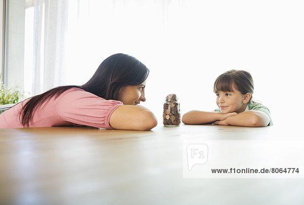 Mutter und Tochter mit Wechselglas