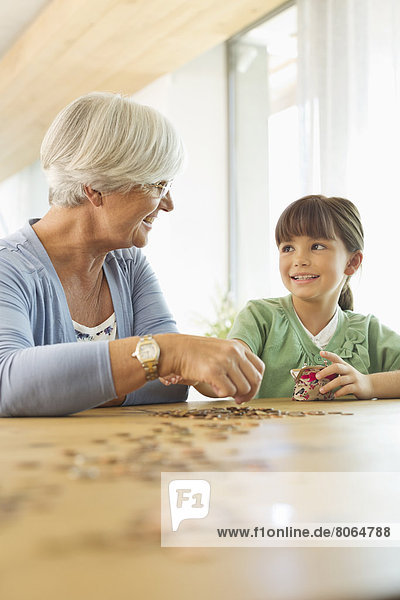 Ältere Frau und Enkelin beim Zählen von Pennys
