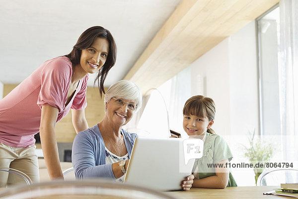 Drei Generationen von Frauen mit Laptop zusammen