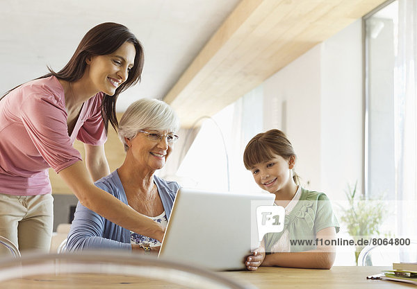 Drei Generationen von Frauen mit Tablet-Computer