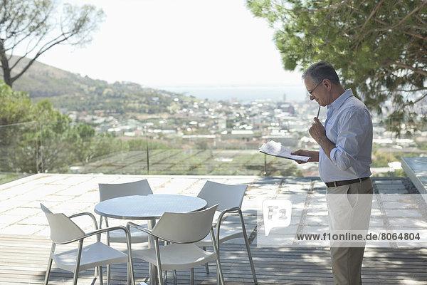 Älterer Mann mit Tablet-Computer im Freien