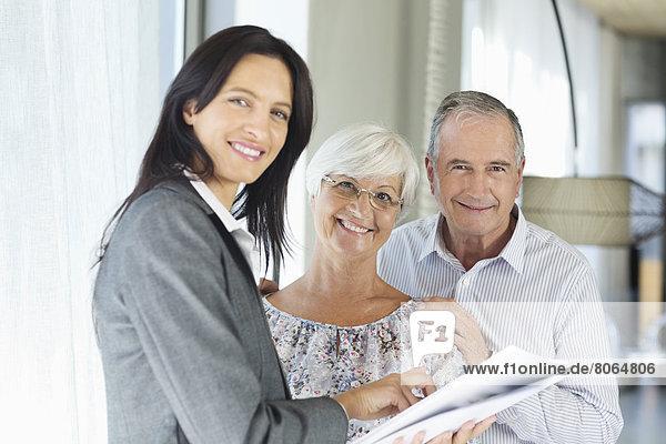 Finanzberater im Gespräch mit dem Paar im Haus