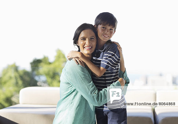 Mutter und Sohn umarmt im Freien