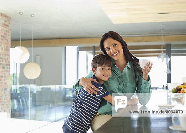 Mutter und Sohn lächeln in der Küche