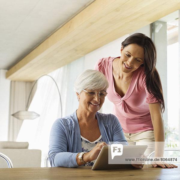 Mutter und Tochter mit Tablet-Computer