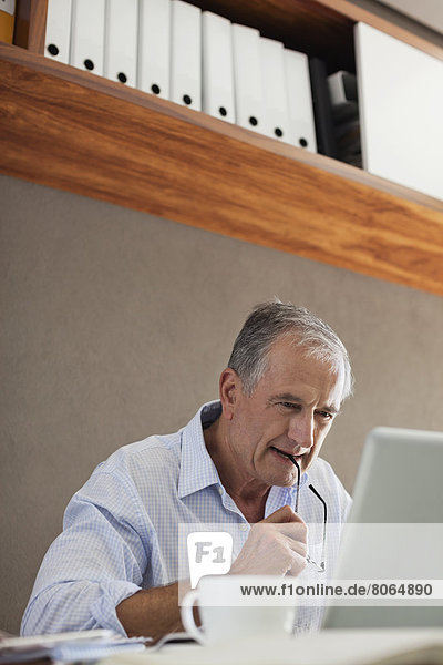 Älterer Mann am Schreibtisch