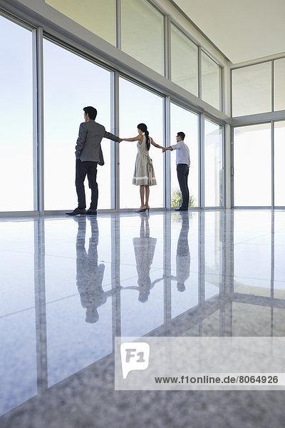 Reflexionen von Geschäftsleuten in der Büroetage