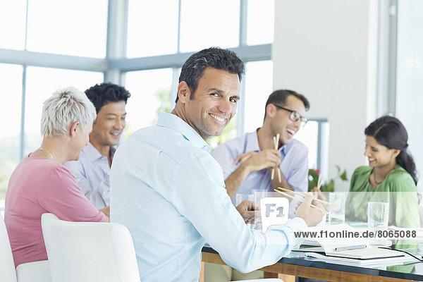 Geschäftsmann lächelt in der Mittagspause