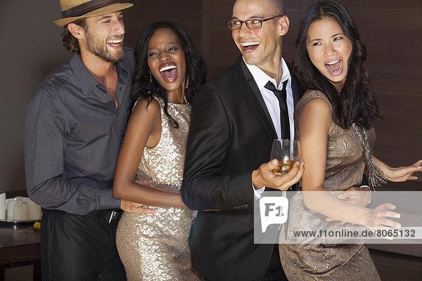 Freunde tanzen auf der Party