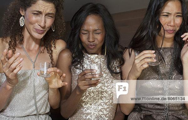Frauen  die auf der Party einen Drink trinken.