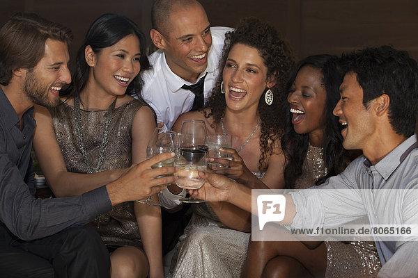 Freunde stoßen sich auf der Party an.