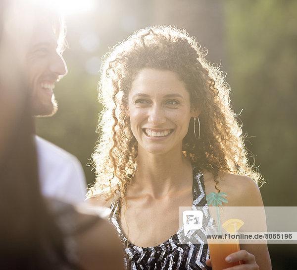 Paar mit Getränken im Freien