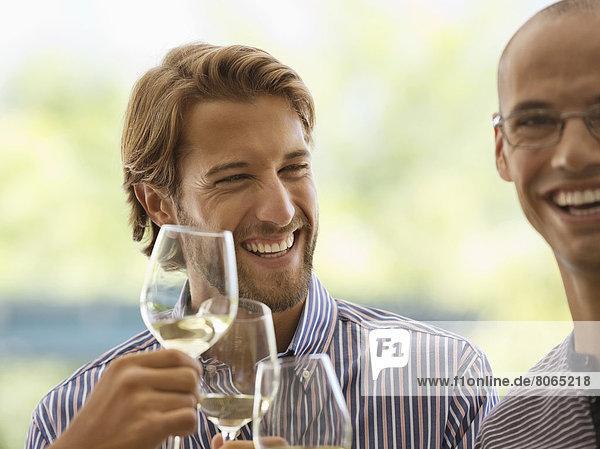 Männer trinken zusammen Wein im Haus. Männer trinken zusammen Wein im Haus.
