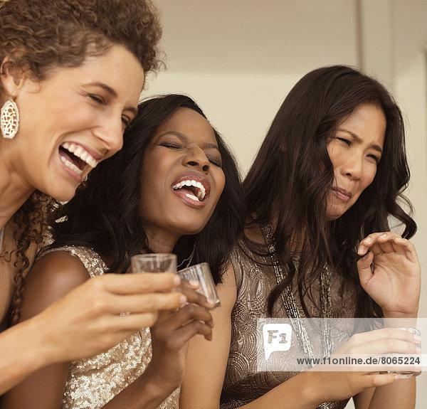 Frauen mit starken Getränken auf der Party