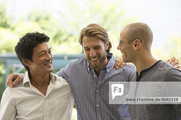 Lächelnde Männer reden im Freien