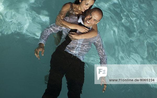 Vollständig gekleidetes Paar im Schwimmbad
