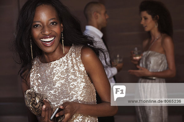 Lächelnde Frau im Abendkleid