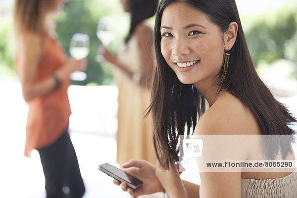 Lächelnde Frau mit dem Handy