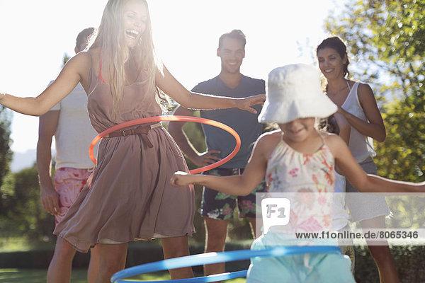 Mädchen Hula Hooping im Hinterhof