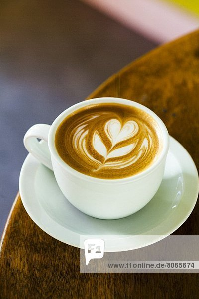 Caffe Latte mit Blumenmuster im Milchschaum