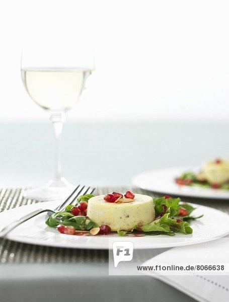 Stiltontörtchen mit Granatapfelkernen und Rucola