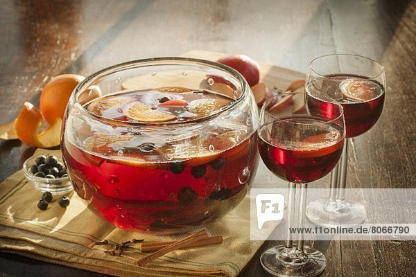 Bowle mit Orangen und Blaubeeren in einer Bowleschale und in Gläsern Bowle mit Orangen und Blaubeeren in einer Bowleschale und in Gläsern